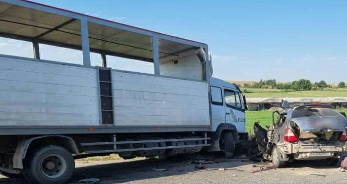 Столкновение грузового авто Mercedes Benz и минивэна Honda Odyssey на 495 километре в районе села Ууру-Жар Джалал-Абадской области. 12 июня 2021 года
