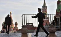 Москванын кызыл аянтындагы полиция кызматкери. Архив