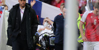 Датчанина Кристиан Эриксен уносят после обморока во время матча Евро-2020