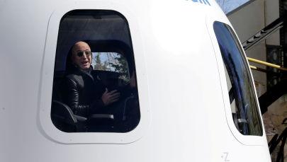 Основатель Amazon и Blue Origin Джефф Безос на макете корабля New Shepard. Архивное фото