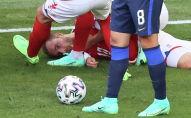 Кристиан Эриксен из Дании лежит на газоне, после того как потерял сознание во время матча с Финляндией в Копенгагене. 12 июня 2021 года