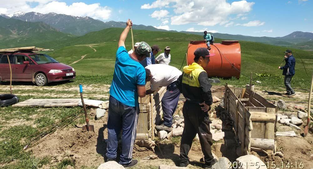 Жители села Бел-Алды Токтогульского района Джалал-Абадской области во время проведения воды в неорошаемые земли, для посадки саженцев яблок