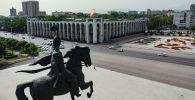 Памятник Манасу на площади Ала-Тоо в центре Бишкека