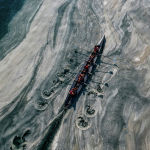 Лодка плывет в Турции по Мраморному морю близ Стамбула, покрытому густой слизью