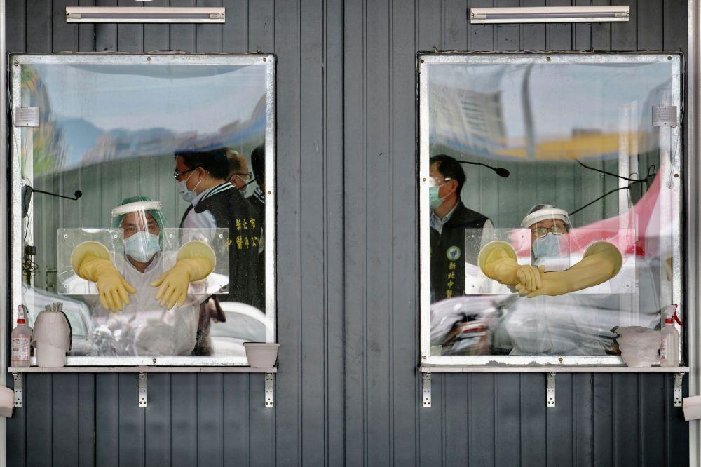 Медики в зоне скрининга на коронавирус в Синьбэе.