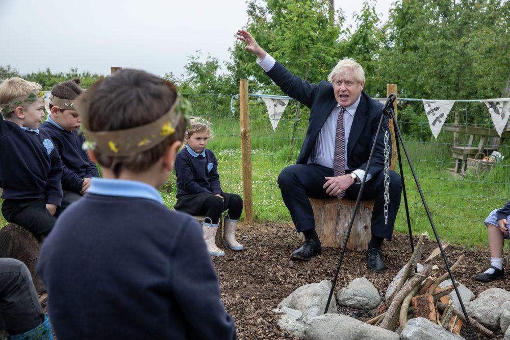 Премьер-министр Великобритании Борис Джонсон во время встречи с учениками начальной школы в графстве Корнуолл