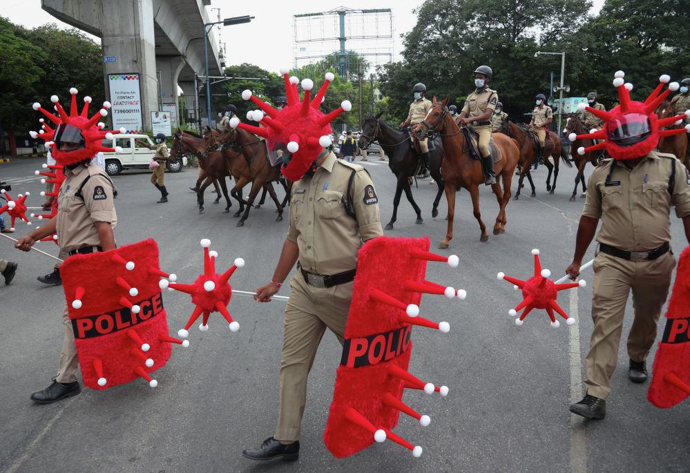 Полицейские в костюмах коронавируса в Индии. 9 июня 2021 года