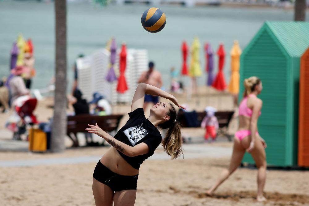 Девушка играет в волейбол в Геленджике на открытии нового курортного сезона.