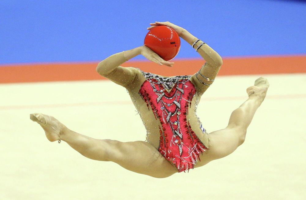 Израильская гимнастка Линой Ашрам с мячом во время финала по художественной гимнастике на Чемпионат Европы в Варне (Болгария). 12 июня 2021 года