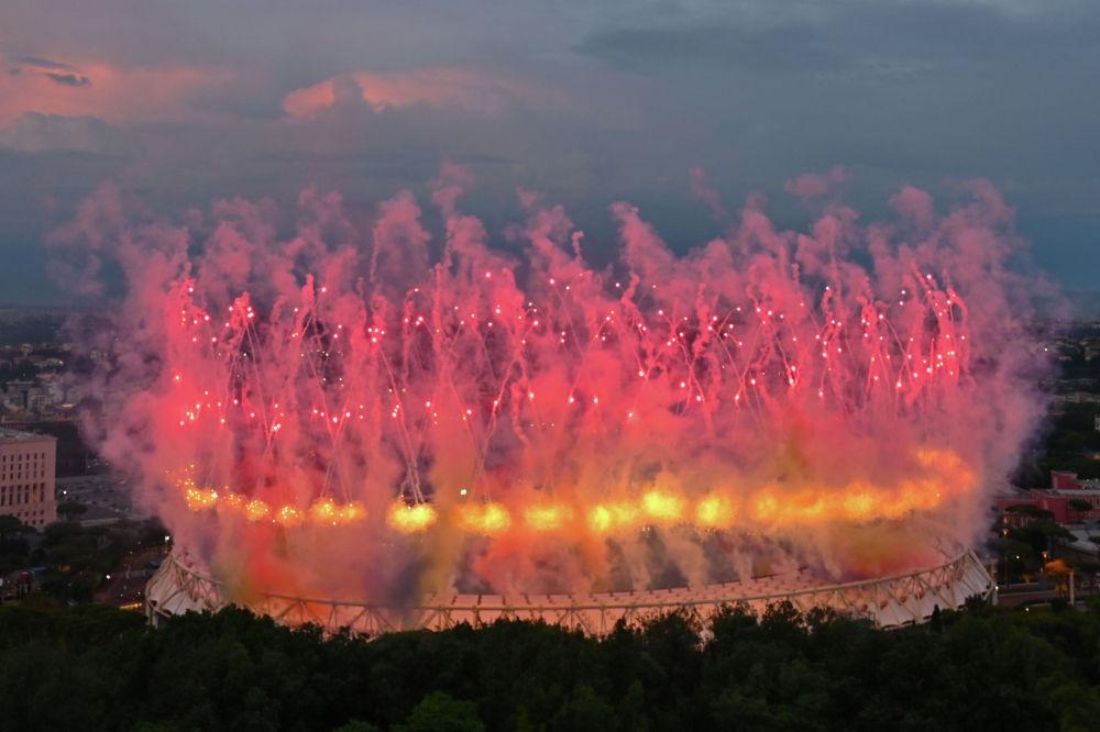 Фейерверк над олимпийским стадионом в Риме в рамках церемонии открытия чемпионата Европы по футболу 2020 перед началом матча Турция - Италия.