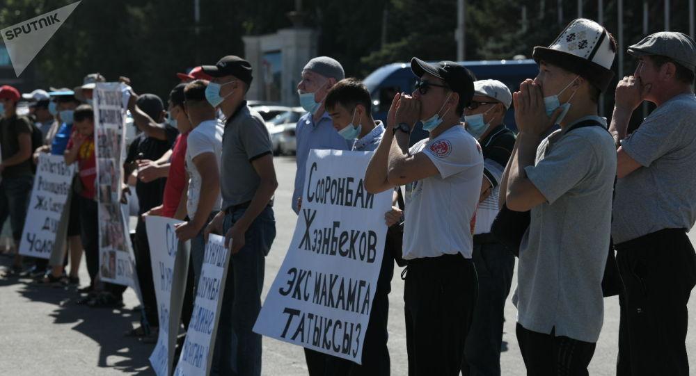 Пострадавшие в октябрьских событиях на митинге у дома правительства в Бишкеке