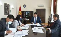 Председатель кабинета министров Улукбек Марипов во время совещания по эпидемиологической ситуации в стране