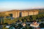 Многоэтажные дома вдоль проспекта Чингиза Айтматова в Бишкеке