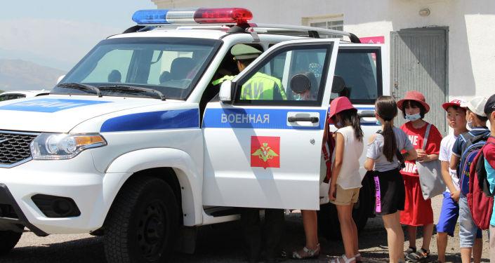 Военнослужащие российской военной авиабазы Кант организовали выставку вооружения и военной техники для кыргызстанских школьников