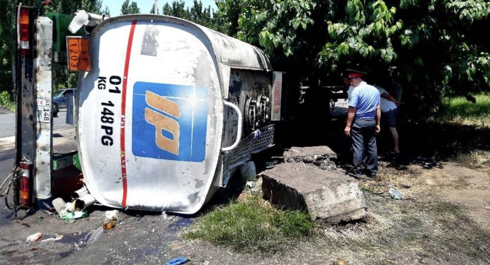 Ноокен районунун Бүргөндү айылында май ташуучу автоунаа оодарылып кетип, 15 тонна солярка жолго төгүлдү