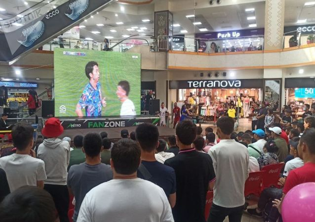 Болельщики на фанатской зоне в торговом центре Asia Mall во время матча Кыргызстан — Япония