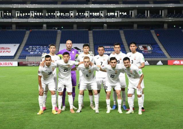 Футболисты сборной Кыргызстана перед матчем с Японией, в рамках отборочного тура к Чемпионату мира-2022 в Суйте (Япония) . 15 июня 2021 года