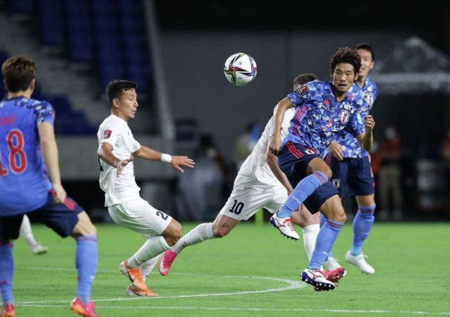 Футболисты сборной Кыргызстана и сборной Японии во время матча, в рамках отборочного тура к Чемпионату мира-2022 в Суйте (Япония) . 15 июня 2021 года