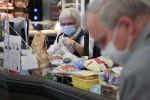 Кассир в защитной маске в продуктовом магазине. Архивное фото