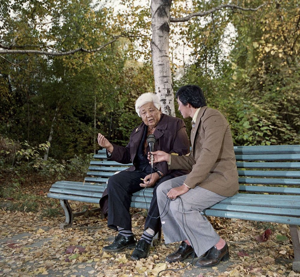 Сейил бакта жазуучу Түгөлбай Сыдыкбеков менен баарлашкан кабарчы