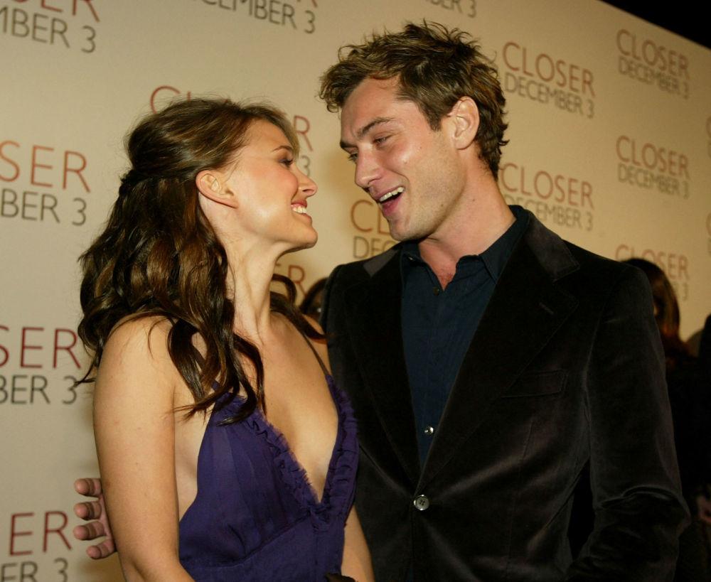 Натали Портман и актер Джуд Лоу на премьере фильма Близость в Лос-Анджелесе. В этом фильме она сыграла стриптизершу.