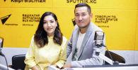 Супруги певец Акбар Суйунбаев и журналист, телеведущая Кундуз Казыбек кызы во время интервью