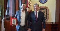 И.о. мэра столицы Бактыбек Кудайбергенов наградил Залкарбека Сулайманова, спасшего тонувшую девочку в быстротоке канала, в микрорайоне Аламедин-1