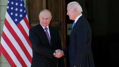 Президент России Владимир Путин и президент США Джо Байден обмениваются рукопожатием во время встречи на вилле La Grange в Женеве (Швейцария)