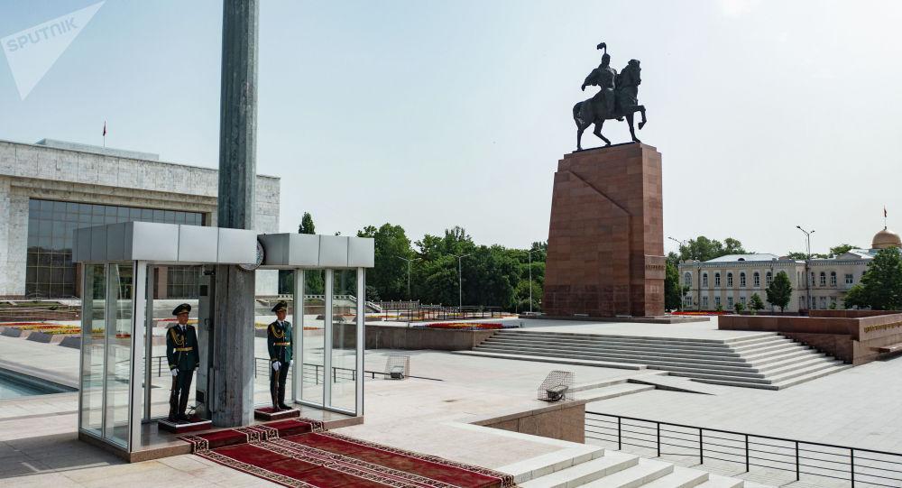 Солдаты Национальной гвардии на посту №1 на площади Ала-Тоо в Бишкеке. Архивное фото