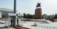 Солдаты Национальной гвардии на посту №1 на площади Ала-Тоо в Бишкеке