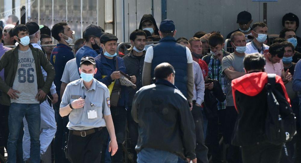 Очередь из мигрантов возле Единого миграционного центра Московской области