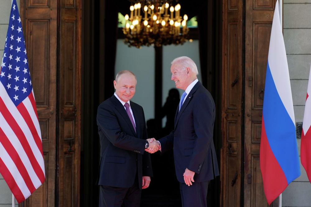 Президент США Джо Байден и президент России Владимир Путин встречаются на саммите США и России на вилле La Grange в Женеве, Швейцария. 16 июня 2021 года