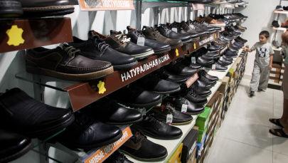 Покупатели в магазине обуви. Архивное фото