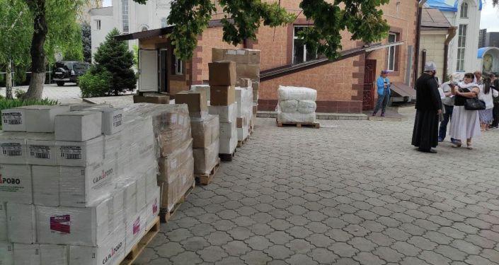 Три тонны гуманитарной помощи передали православные организации России в Баткенскую область для борьбы с распространением коронавируса
