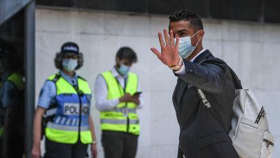 Нападающий Португалии Криштиану Роналду машет рукой перед футбольным турниром ЕВРО-2020