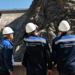 Сотрудники ОАО Электрические станции на территории Токтогульского водохранилища в Джалал-Абадской области