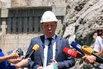 Министр энергетики и промышленности Доскул Бекмурзаев отвечает на вопросы журналистов во время пресс-тура в Токтогульскую ГЭС в Джалал-Абадской области