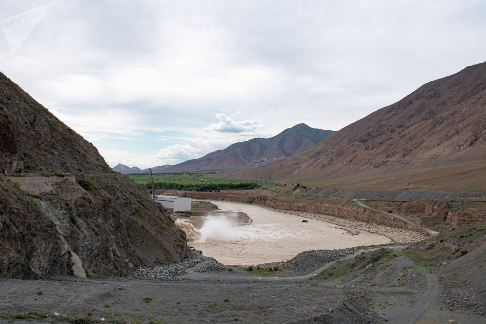 Спуск вода на Камбаратинской ГЭС-2 в Джалал-Абадской области