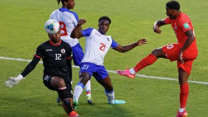 Футболисты сборной Канады и Гаити во время матча в рамках отборочного тура чемпионата мира в Бриджвью, штат Иллинойс, США. 15 июня 2021 года