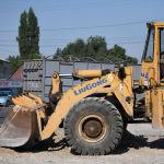 Экскаватор на автотрассе Бишкек — Ош, где ведутся ремонтные работы