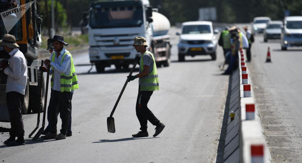 Рабочие на автотрассе ведут ремонтные работы
