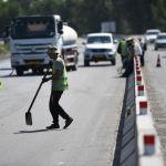 Рабочие на автотрассе Бишкек — Ош, где ведутся ремонтные работы