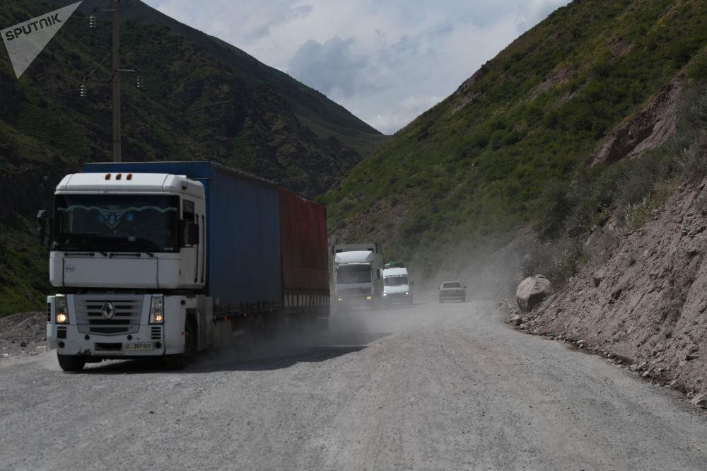 Грузовые автомобили едут по трассе Бишкек — Ош во время ремонтных работ
