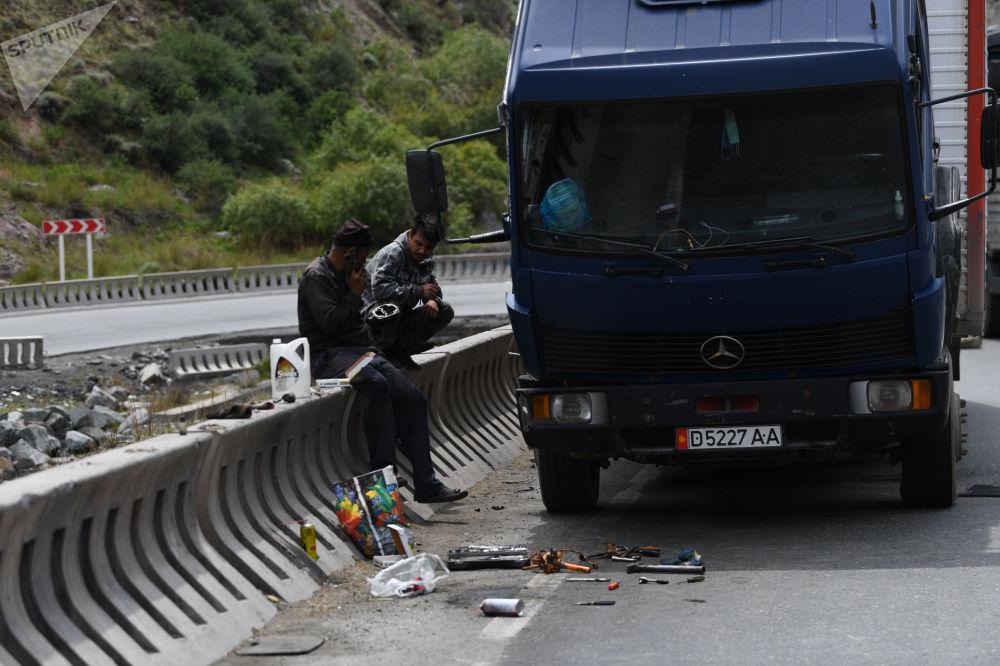 Люди у сломанной фуры на автотрассе Бишкек — Ош, где ведутся дорожные работы