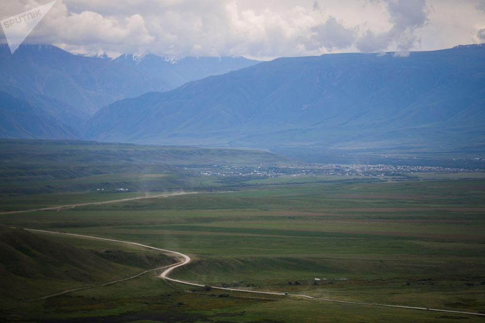 Вид на автотрассеу Бишкек — Ош, где ведутся дорожные работы
