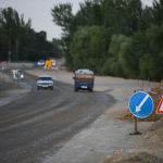 Автомобили едут по трассе Бишкек — Ош во время ремонтных работ