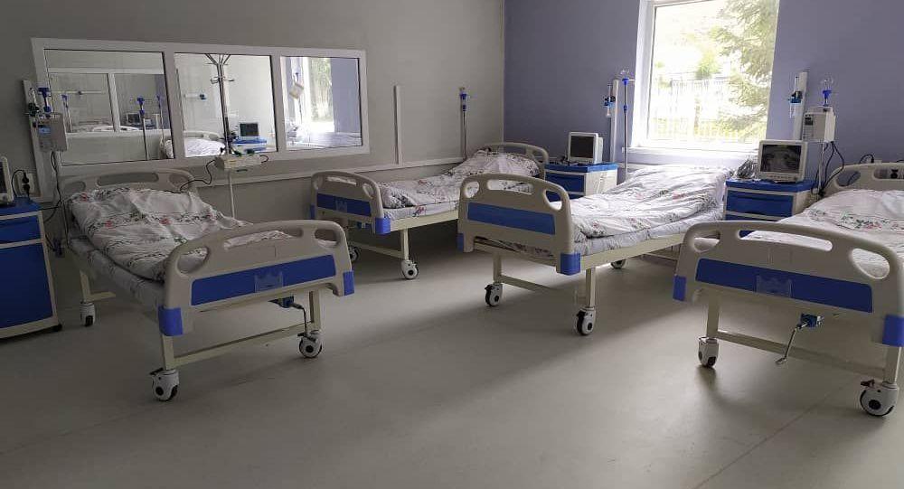 Койки инфекционной больницы во время церемонии открытия в городе Нарын