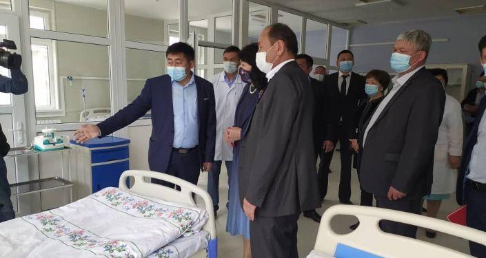 Заместитель председателя кабинета министров Жылдыз Бакашова приняла участие в открытии инфекционной больницы в городе Нарын. 17 июня 2021 года