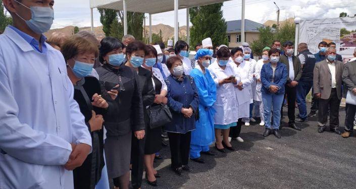 Коллектив инфекционной больницы во время церемонии открытия в городе Нарын. 17 июня 2021 года