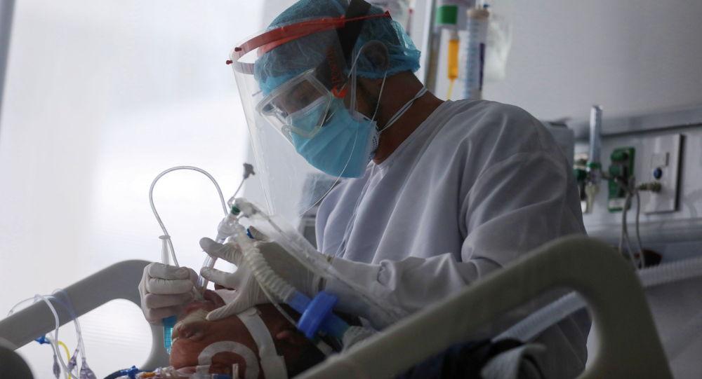 Медицинский работник оказывает помощь пациенту с COVID-19. Архивное фото